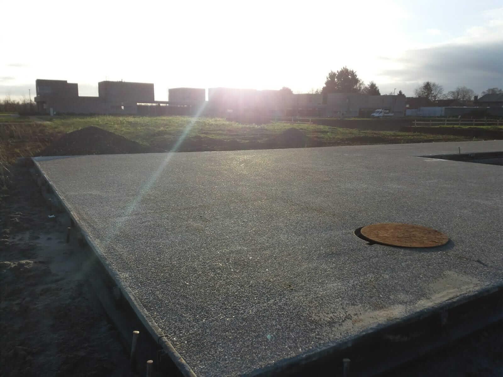 Grijze uitgewassen beton