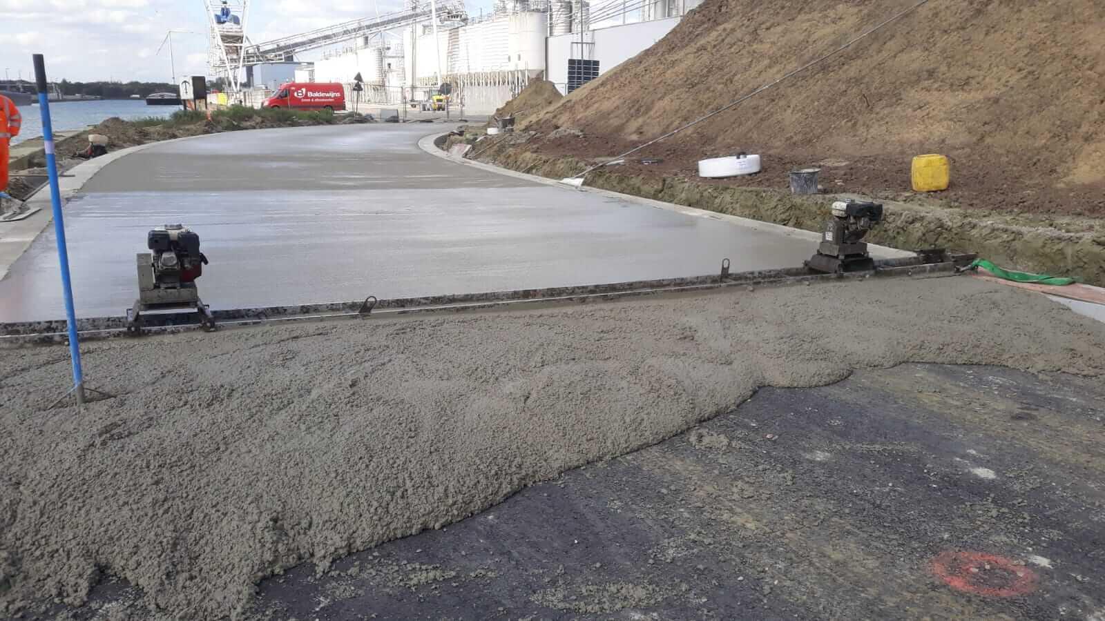 Het storten van een betonweg is een mooie oplossing voor een weg met zwaar vrachtverkeer